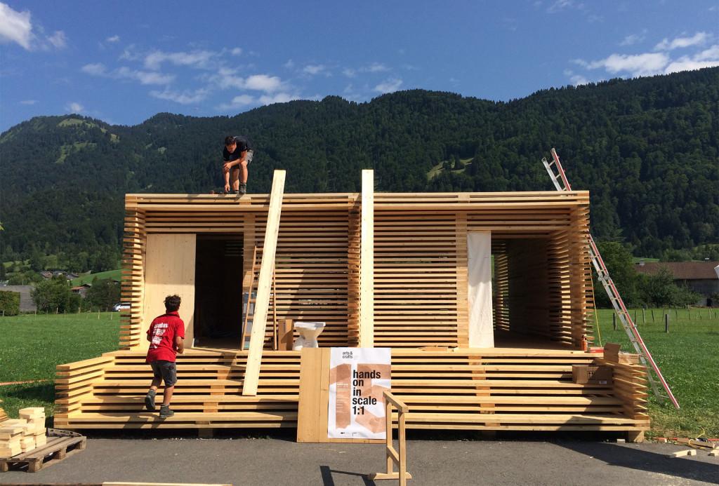 """Das von Studenten aufgebaute """"Hotel"""" vor dem Werkraum Bregenzerwald"""