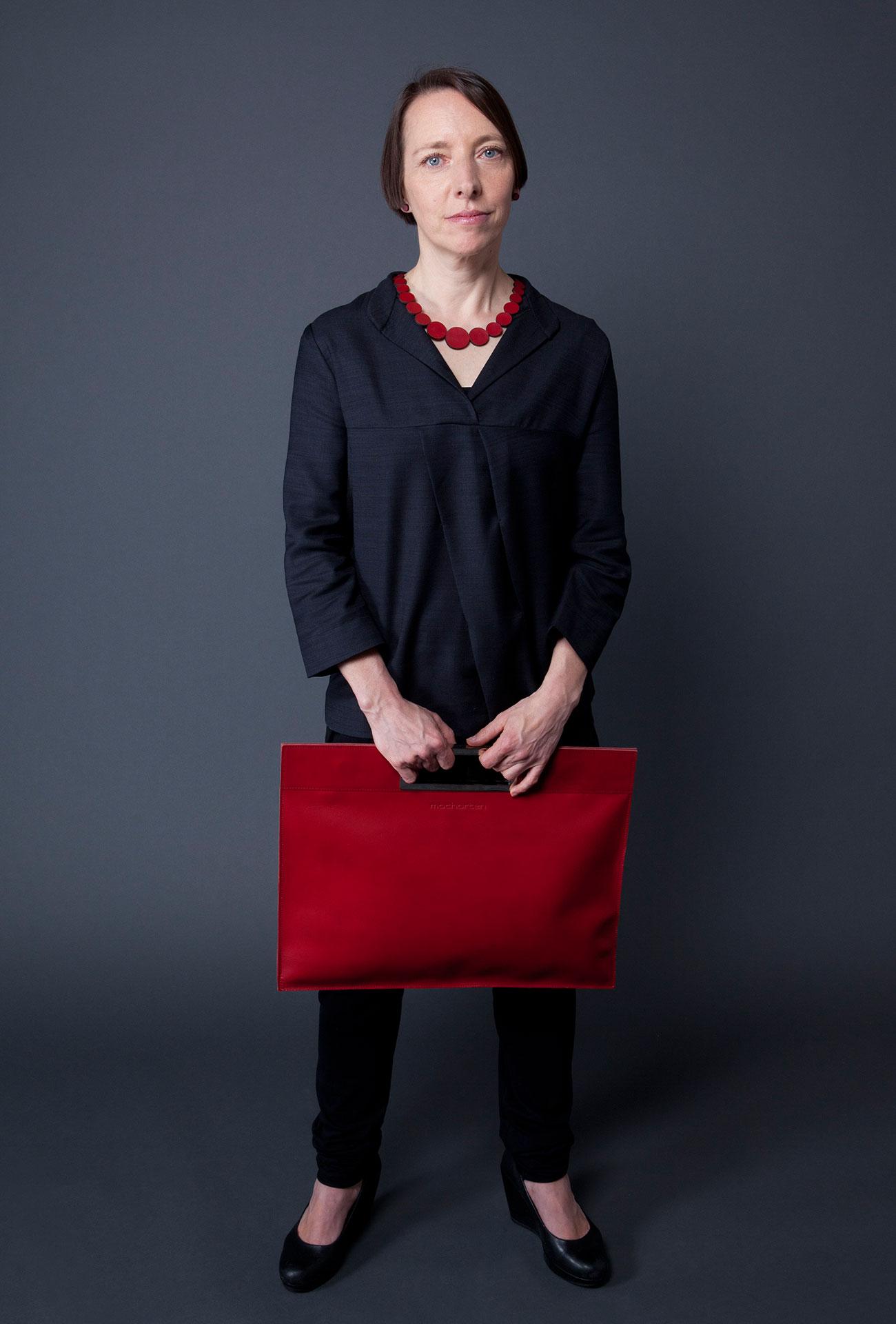 Monika Assem mit Tasche