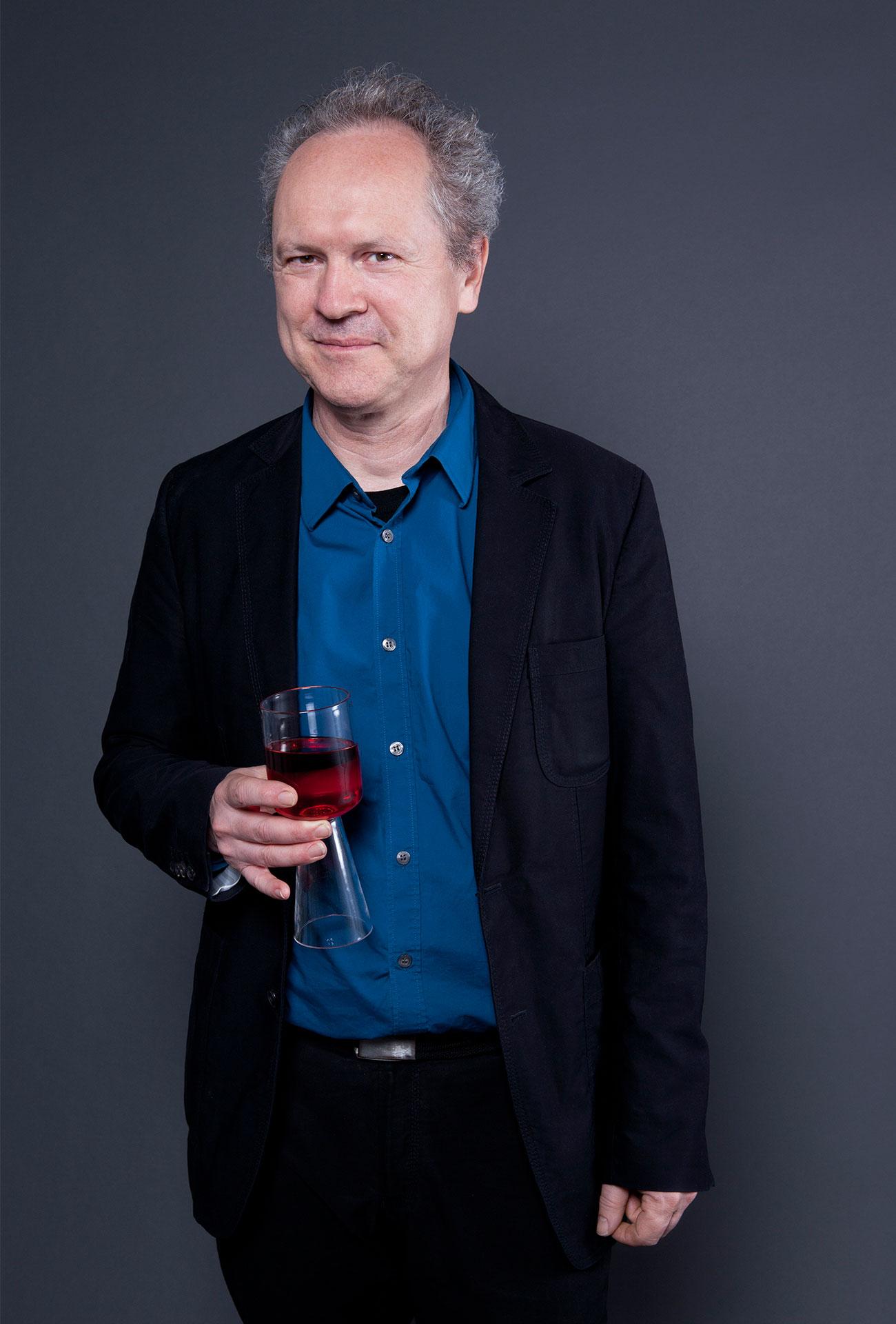Cornelius Réer mit Weinglas
