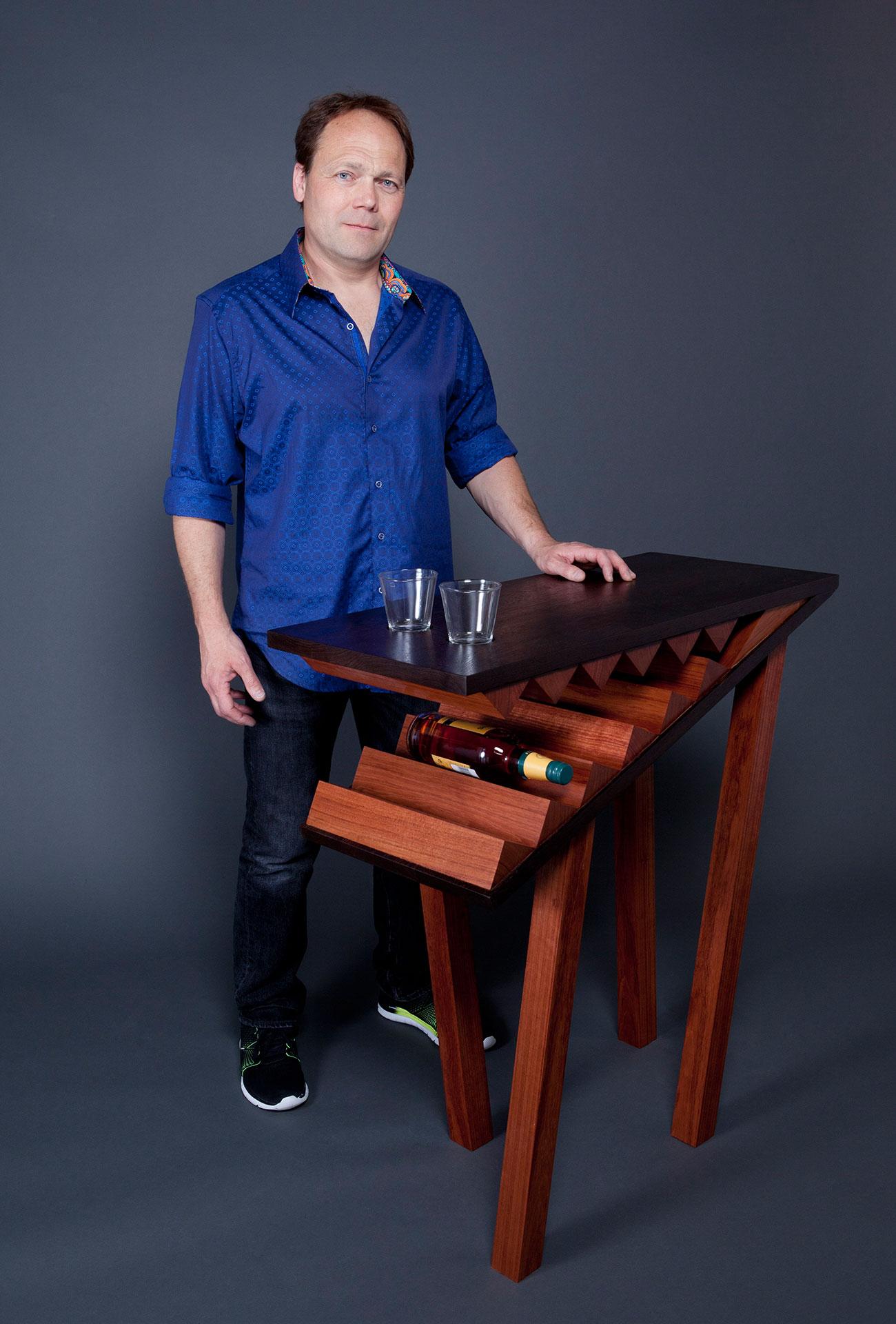 Erik Wilmot mit Konsolenbar und Gläsern