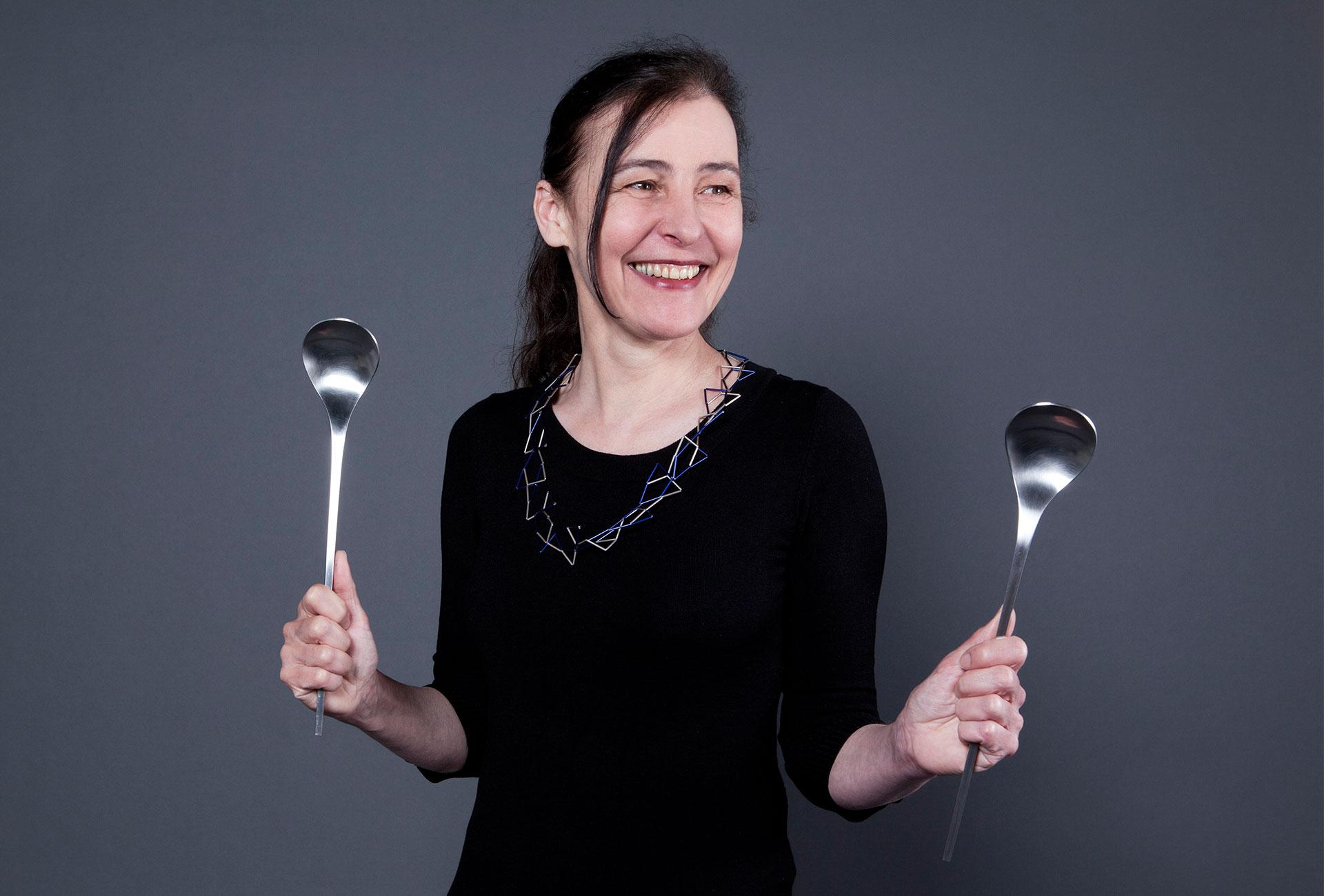 Friederike Maltz mit Halsschmuck und Salatbesteck