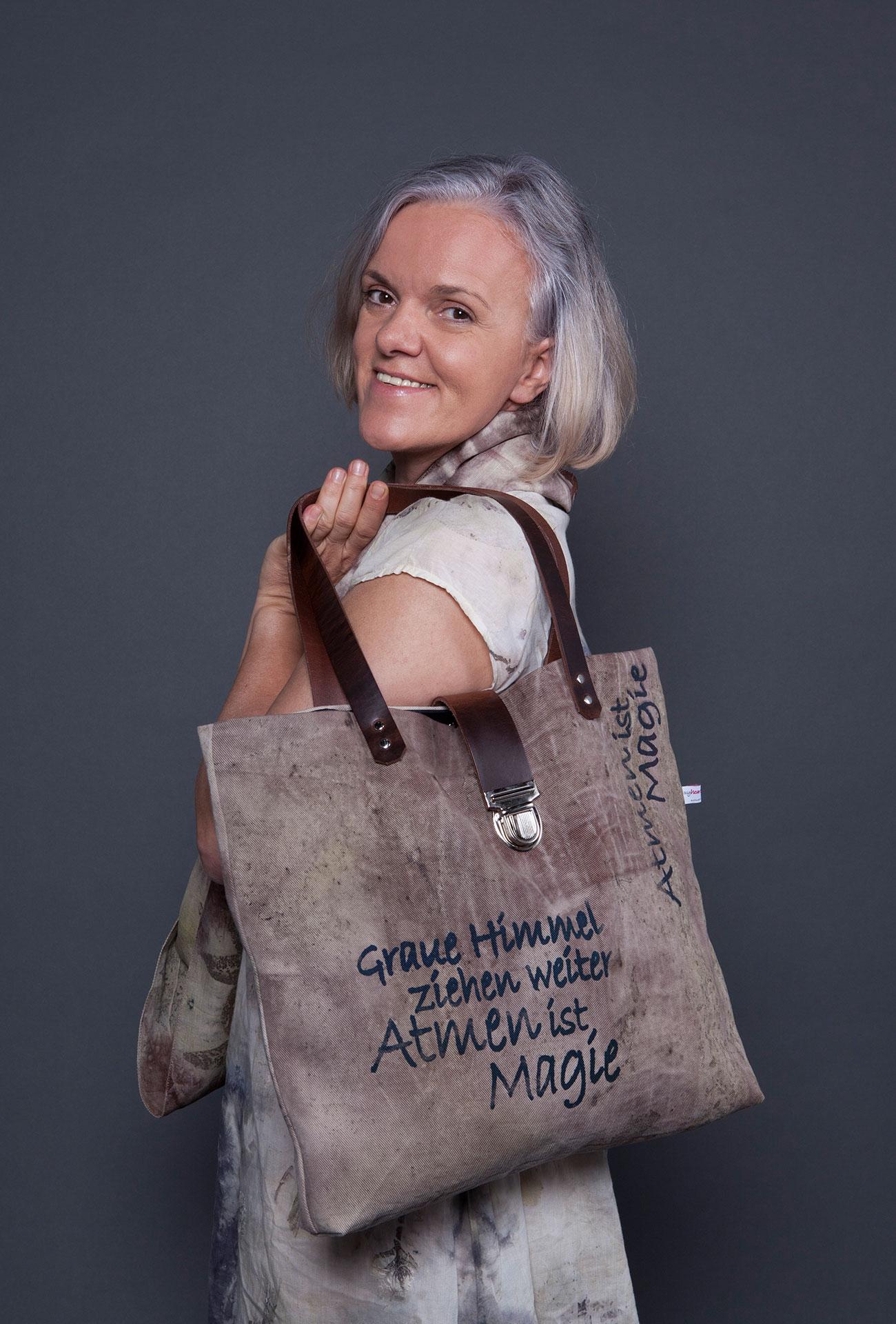Sabine Kilb mit Schal und Tasche