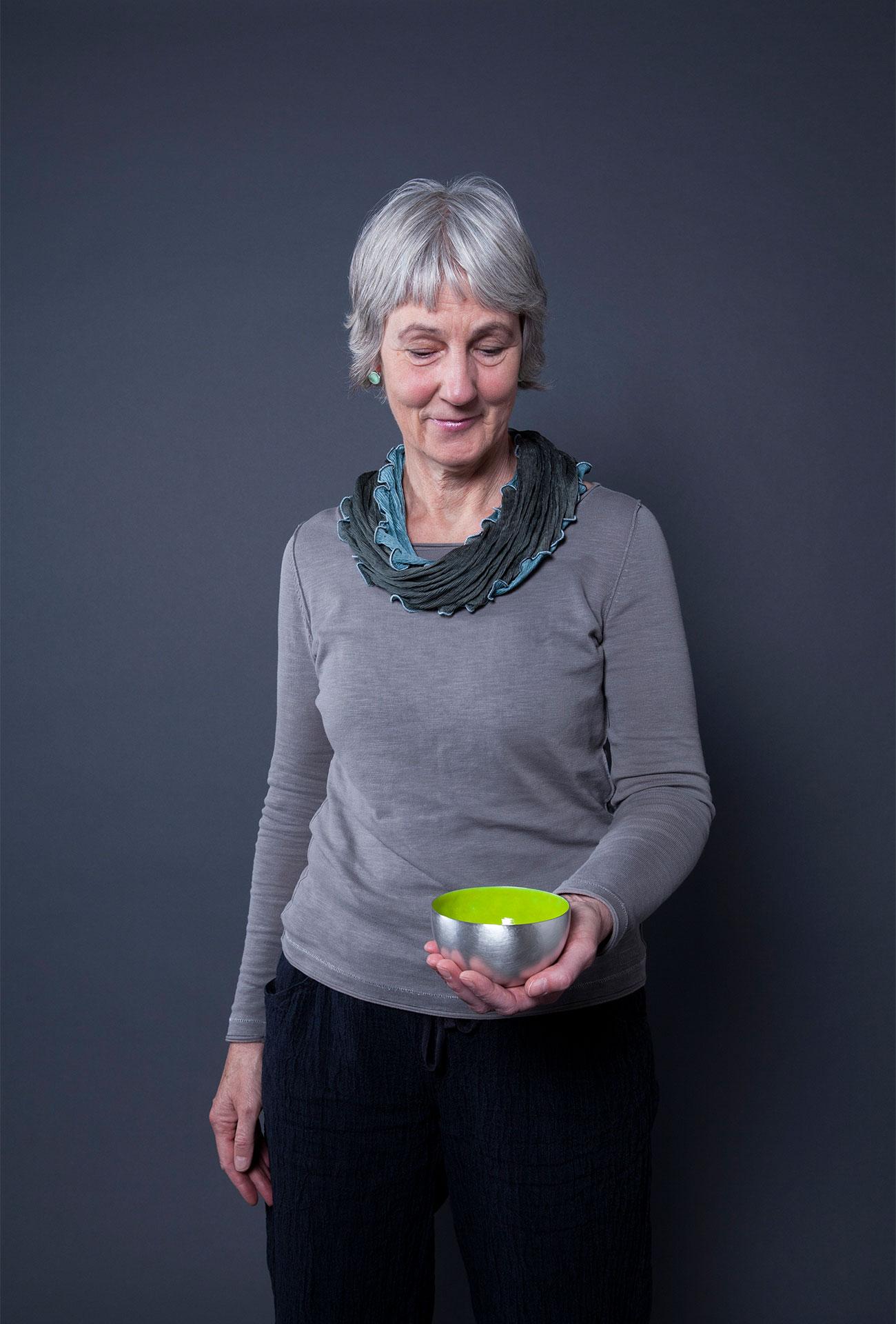 Susanne Goldbach mit Silberschale