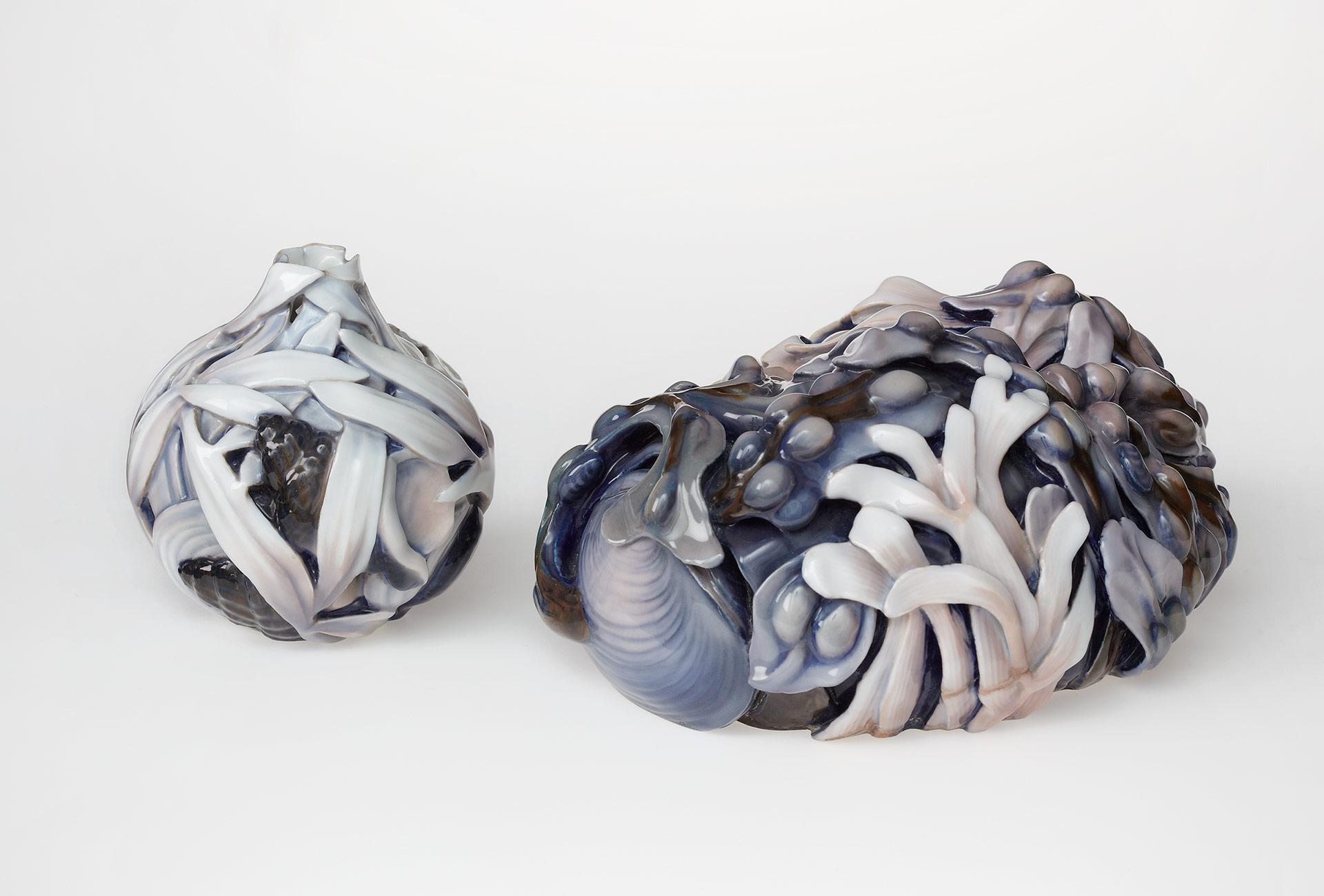 """Skulptur (vor 1918) und Vase (1913) """"Lindencrone"""" von Effie Hegermann. Porzellan, Glasur, Ausführung Bing & Grøndahl"""