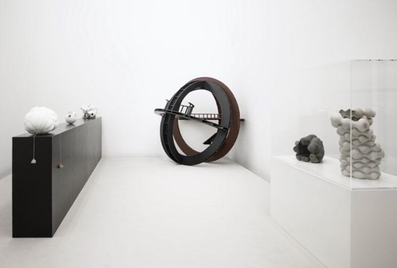 Ausstellungsansicht Sphären mit Arbeiten von Maria Bartuszová, Christian Kerez, Harald Klingelhöller und Beate Kuhn