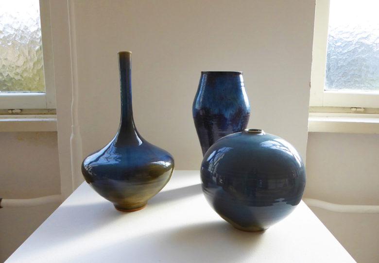 Albrecht und Görge Hohlt, Gruppe von Gefäßen mit Glasuren in Blau- und Violetttönen