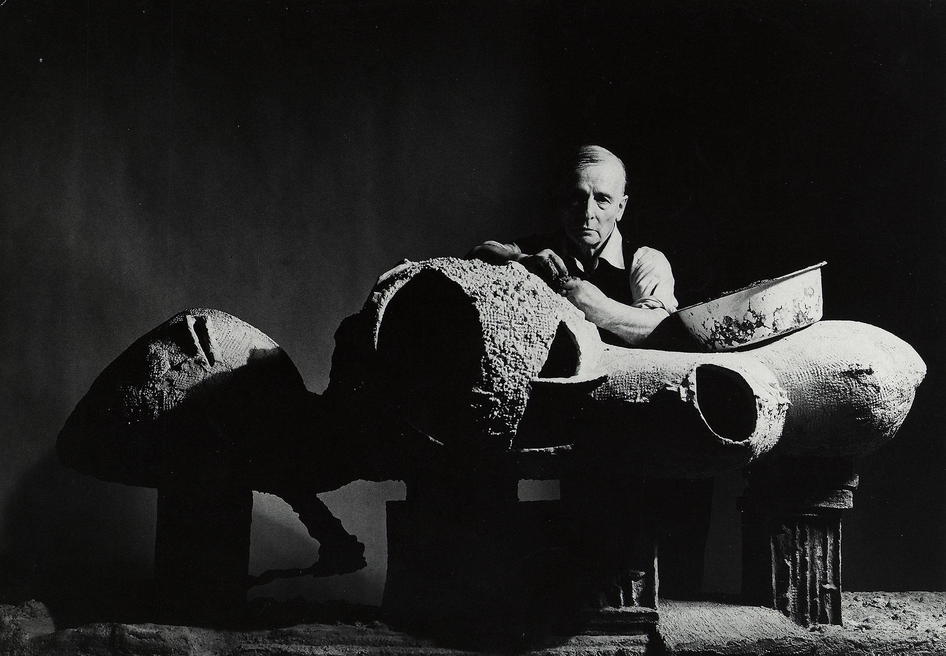 Friedrich Kiesler mit seinem Modell für ein Endless House.