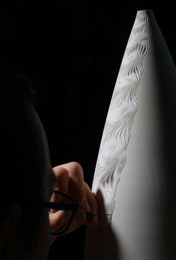 Jong Min Lee arbeitet an einem Porzellangefäß.