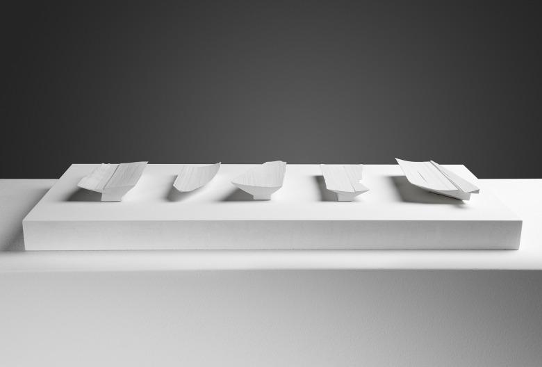 Fünf Schalen für 5 Ringe einer Hand. Holz, Mischtechnik, Sockelplatte lackiert, 75 × 24 × 55 cm. Foto Brigitte Lerho.