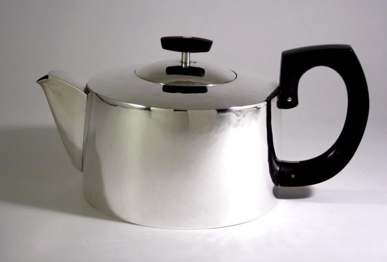Ulrike Scriba, Teekanne. Silber 925, geschmiedet und montiert, Ebenholz