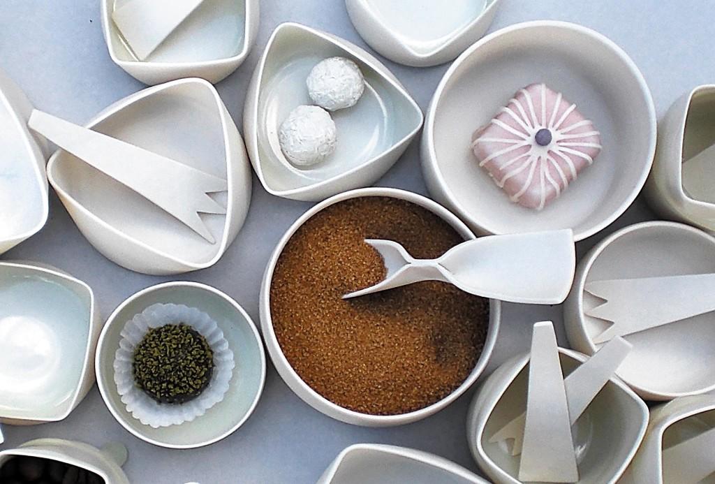 Tafelfreuden, Angelika Krauß. Schalen und Besteck, seit 2009 laufend ergänzt, ca. 6–12 cm, für Pralinen, Kräuter, Gewürze, Salz, Zucker. Porzellan