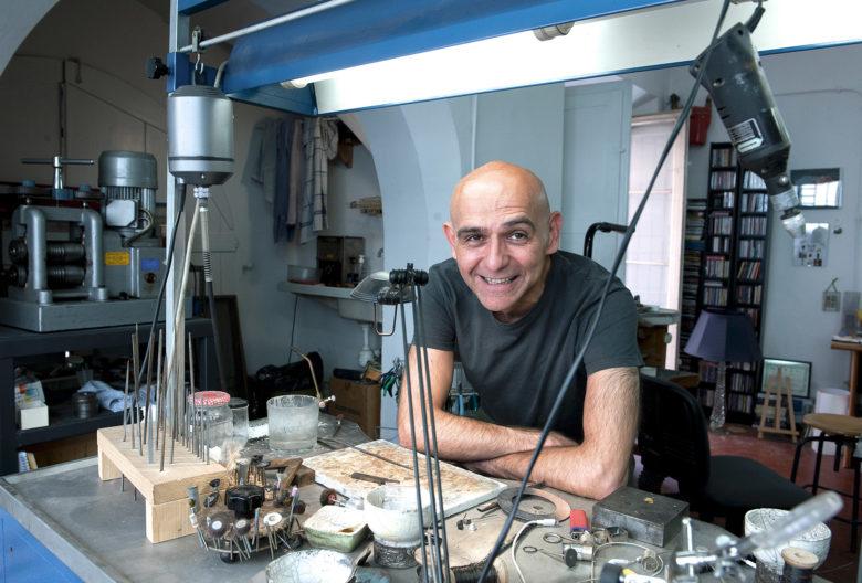 Gigi Mariani, Goldschmied und Künstler, in seinem Atelier in Modena