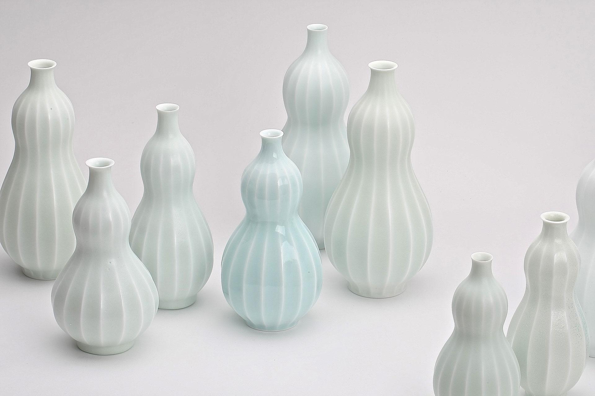 Seohee Park, Südkorea, Flaschenvasen. Porzellan, gedreht, geschnitten