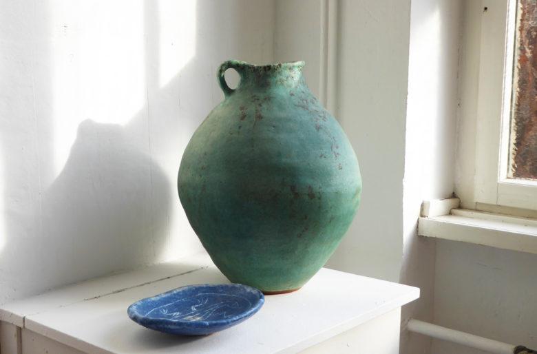 Otto Hohlt, Großer Henkelkrug und blaue Schale aus Ton , Privatsammlung Darmstadt